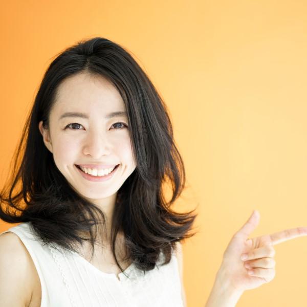 オレンジ背景の女性
